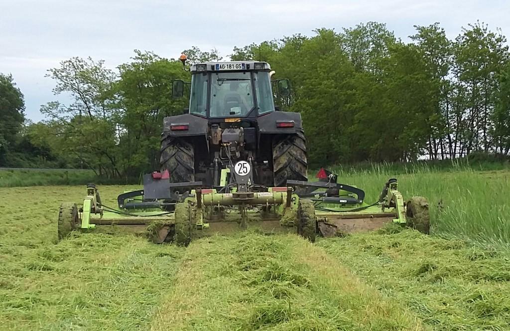Ferme du terray et un de ses  tracteur. Travail agricole.